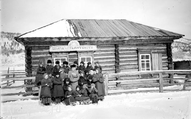 Школа грамотности в Овсянке 1910 год