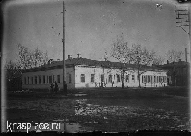 Perekrestok ulits Blagoveshchenskoi i Pochtamtskogo pereulka so zdaniem uezdnogo uchilishcha