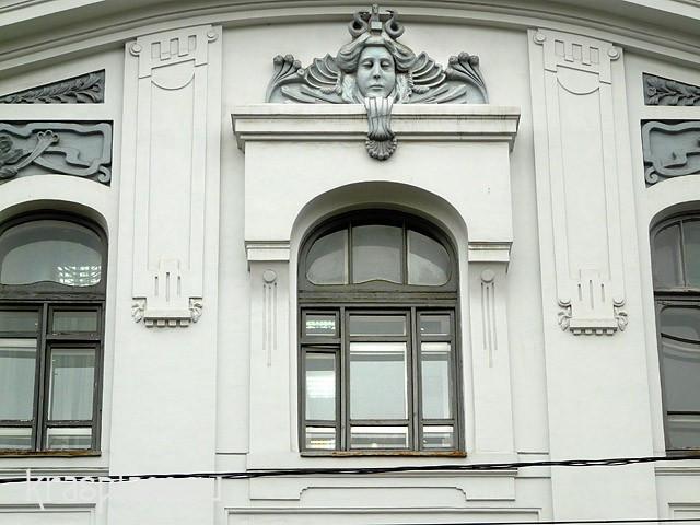 Центральное окно третьего этажа главного фасада