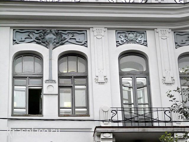 Окна третьего этажа