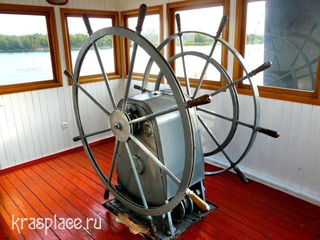 Штурвал парохода на ходовом мостике