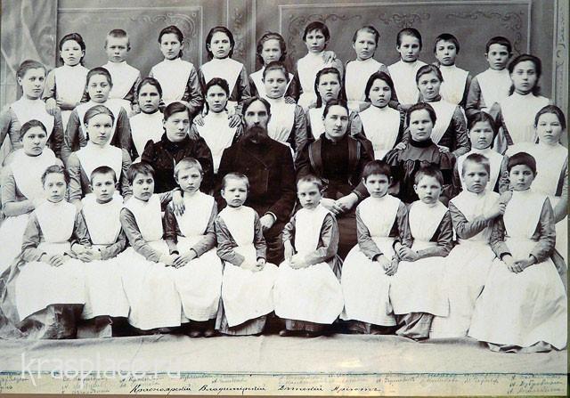 Попечители и воспитанницы Владимирского детского приюта