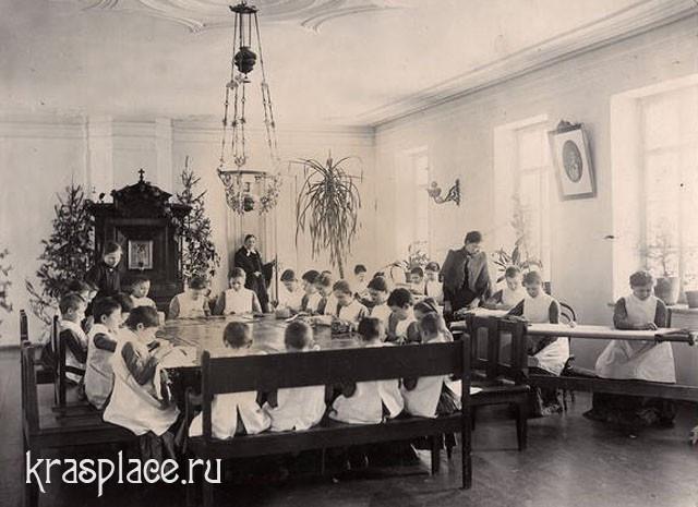 Уроки рукоделия во Владимирском детском приюте 1890 год