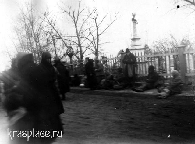 Красноярские нищие при входе на кладбище