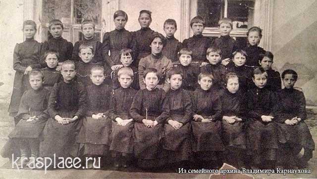 Епархиальное училище. Мария Федоровна Овчинникова (Гончарова) в первом ряду, пятая слева