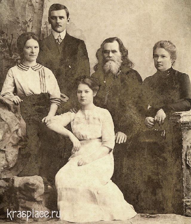 Семья Смирновых. Впереди сидит Конкордия Алексеевна