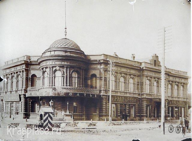 Будка городового перед магазином Н.Гадалова