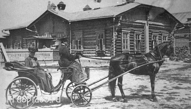 Е. П. Кузнецова в коляске перед флигелем