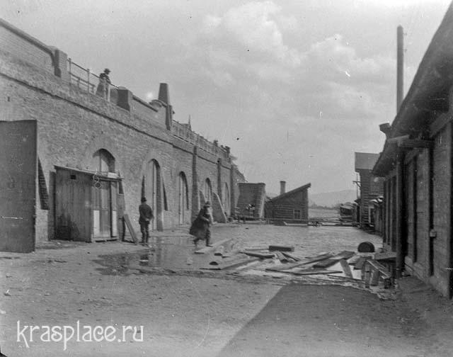 Кладовые на набережной 1916