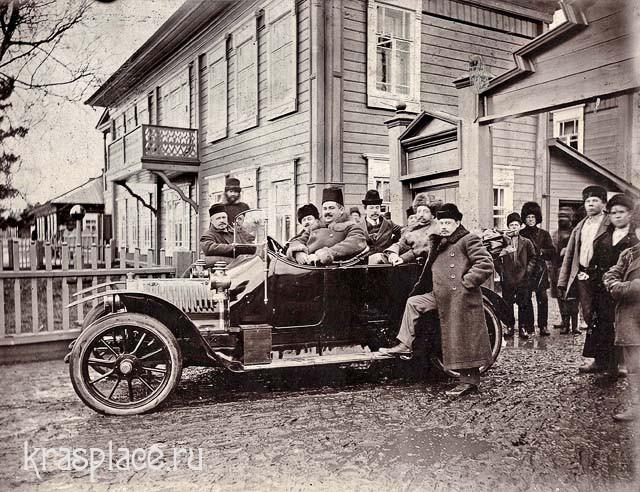 Один из первых автомобилей у конторы Знаменского стекольного завода 1911год
