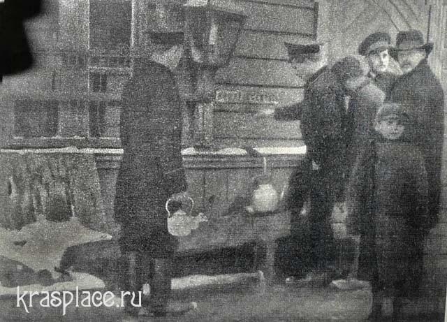 Железнодорожные пассажиры берут кипяток на станции
