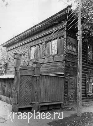 Фото южной галереи с резными витыми колонками дома Некрасова
