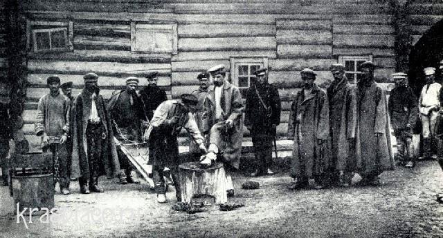 Заковка каторжан в кандалы. Фотография из личной коллекции Чехова. 1890