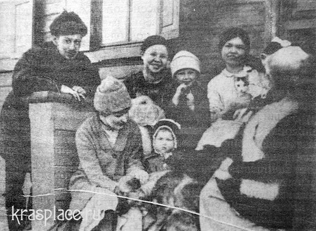 Семья Нащокиных и их соседи на крыльце дома. Опытное поле