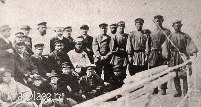 Команда парохода Москва. Впервые пароход прошел Казачинский порог. В центре капитан Криницкий И.И