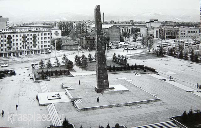 Красная площадь 1980-е годы. За стеллой виден бывший дом Палкиной. Из архива Аржаных