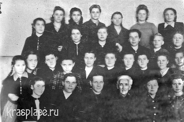 О.П.Ициксон с учащимися финансово-кредитного техникума в 1950 году