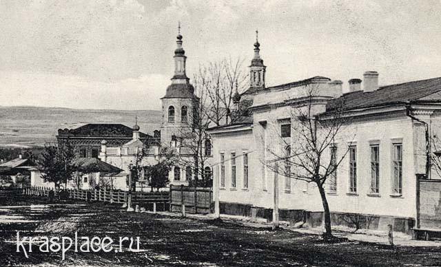Собор, за ним здание типографии Метелкина