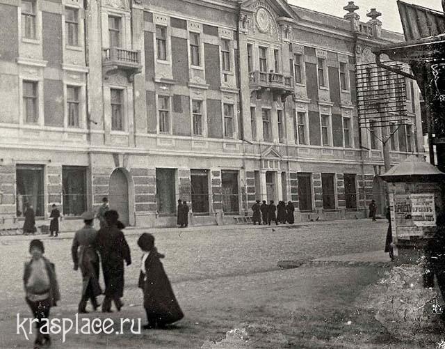 Реклама на улицах Красноярска. Фрагмент фотографии из фондов ККМ