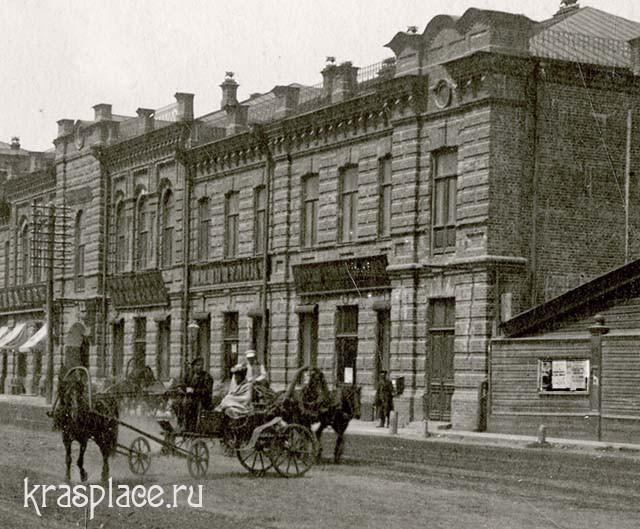 Торговый дом Дом Семенова-Романова. Справа рекламная витрина. Фрагмент фото из фондов ККМ