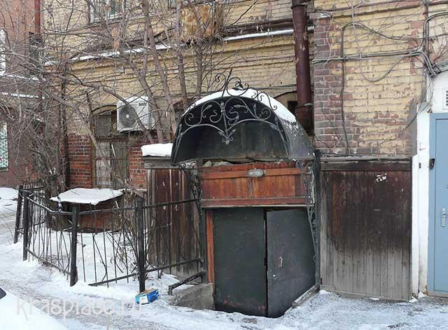 Вход в подвал со стороны двора