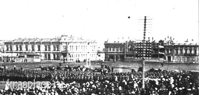 Двухэтажный дом И.И.Гадалова крайний справа