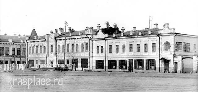 Двухэтажный дом Ин.Ив.Гадалова на Новобазарной площади крайней справа. Из фондов ККМ