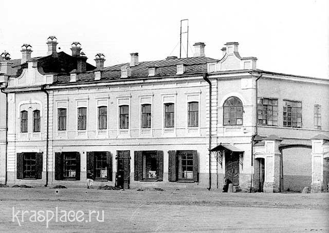 Двухэтажный дом Ин.Ив.Гадалова на Новобазарной площади. Сейчас перестроен