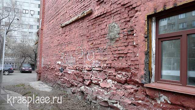 Фундамент и пробитые окна восточного фасада